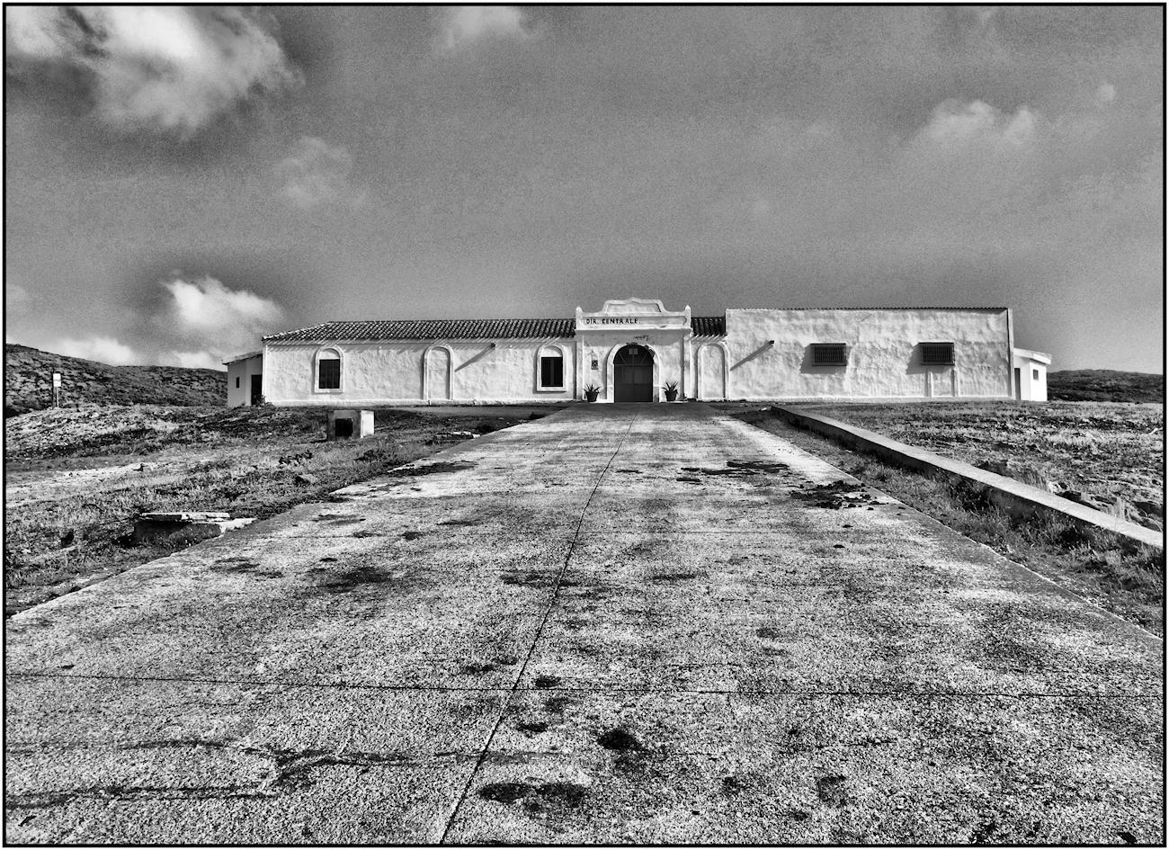 Carcere Dell'Asinara - Io dico che queste mura sono strane: prima le odi, poi ci fai l'abitudine, e se passa abbastanza tempo non riesci più a farne a meno: sei istituzionalizzato. È la tua vita che vogliono, ed è la tua vita che si prendono. La parte che conta almeno. (Dal film Le ali della libertà)