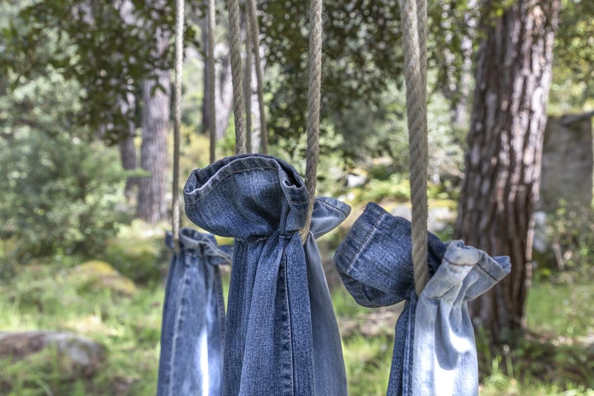 """Particolare dell'installazione di """"Senza titolo (jeans)"""""""